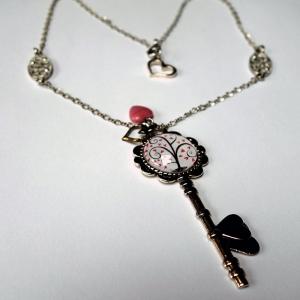 Collier clé Arbre à coeurs roses